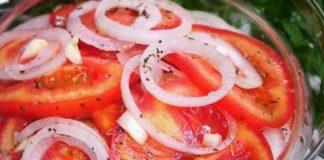 Очень вкусная и нежная закуска из помидоров и лука: весь секрет в маринаде
