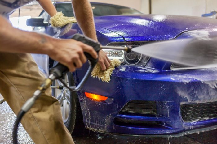 От частой мойки на авто могут возникать мелкие царапины. /Фото: columbiamallcarwash.liftdiv2.com