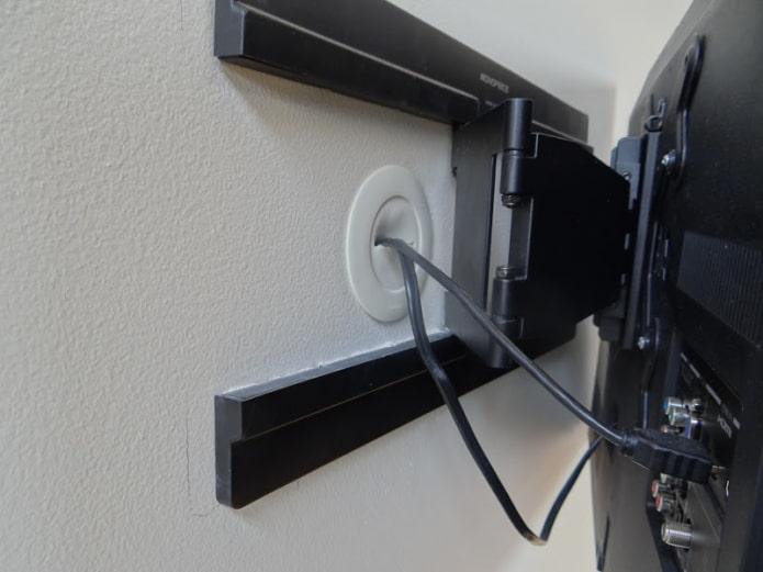 Скрыть провода в стену