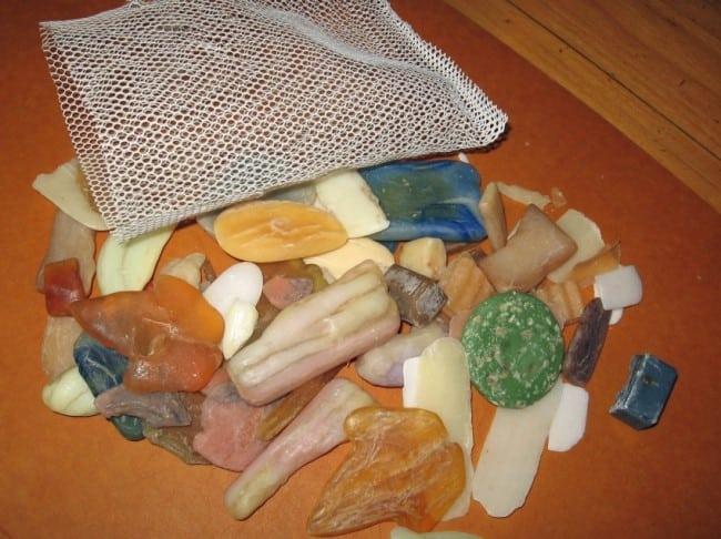 Если обмылков скопилось много, их можно переплавить, предварительно отделив туалетное мыло от хозяйственного