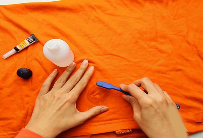 Это средство очищает супер клей от одежды, растворяя его