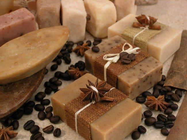 Кроме молотого кофе, используйте семена мака или раздробленные орехи