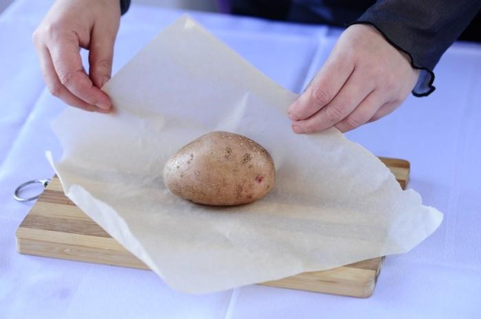 Заворачиваем картошку в бумагу. /Фото: smachno.ua.