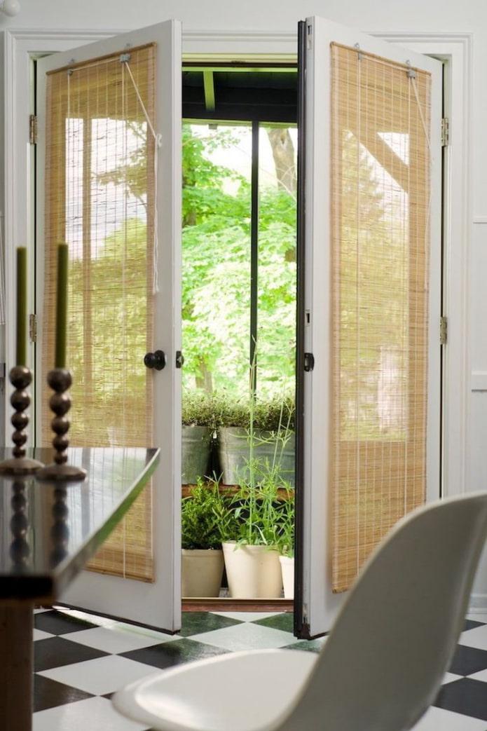 бамбуковые занавески на двери в интерьере