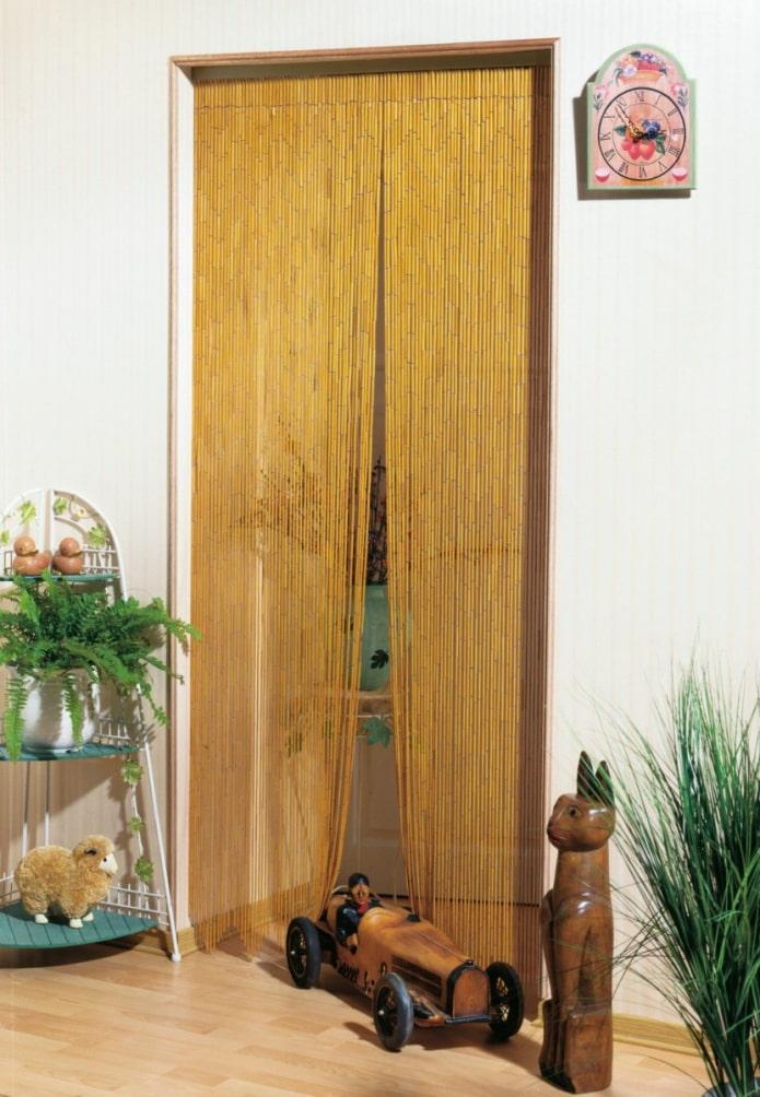 деревянные занавески на двери в интерьере