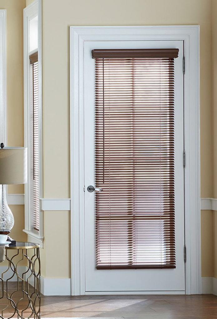 деревянные жалюзи на двери в интерьере