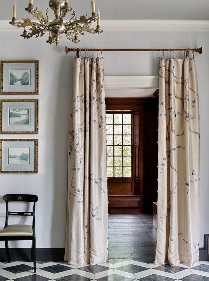 портьеры на двери в интерьере