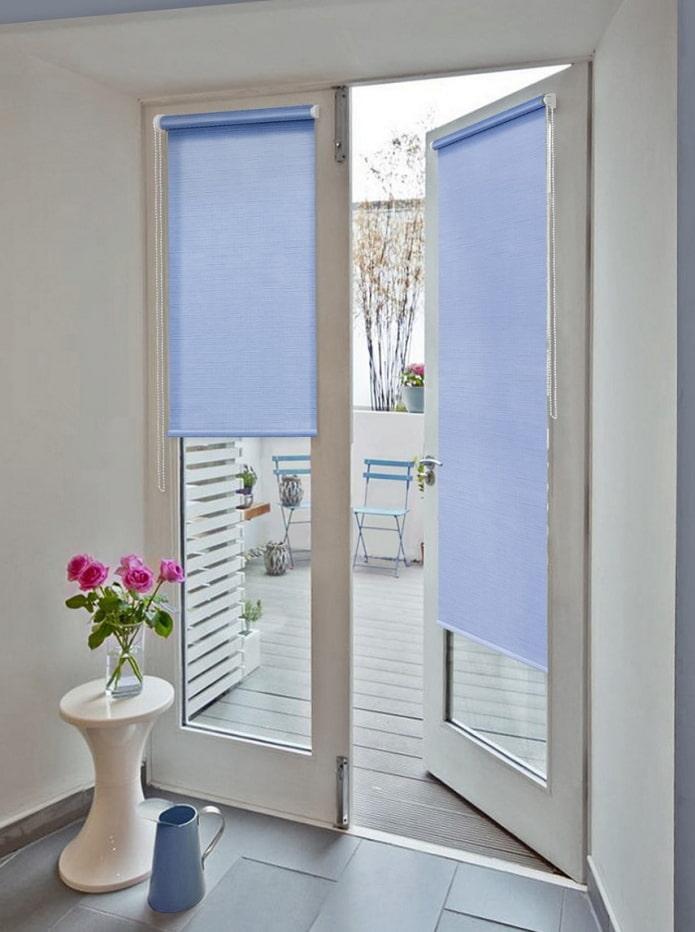 рулонные шторы на двери в интерьере