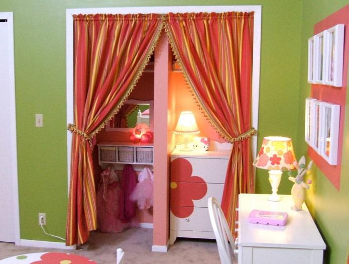 шторы на двери в интерьере детской