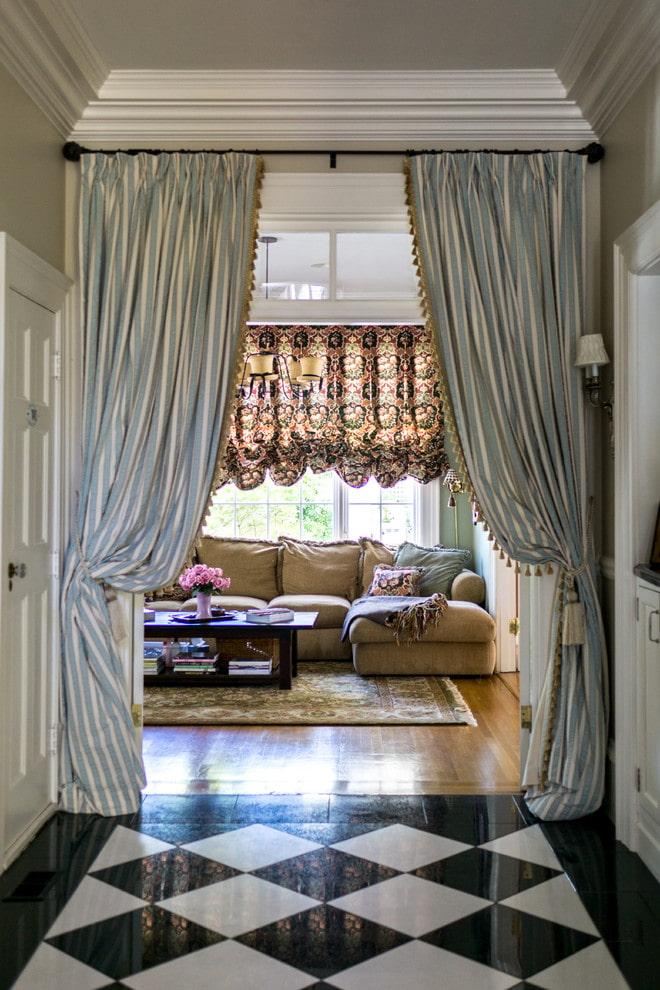шторы на двери в интерьере гостиной