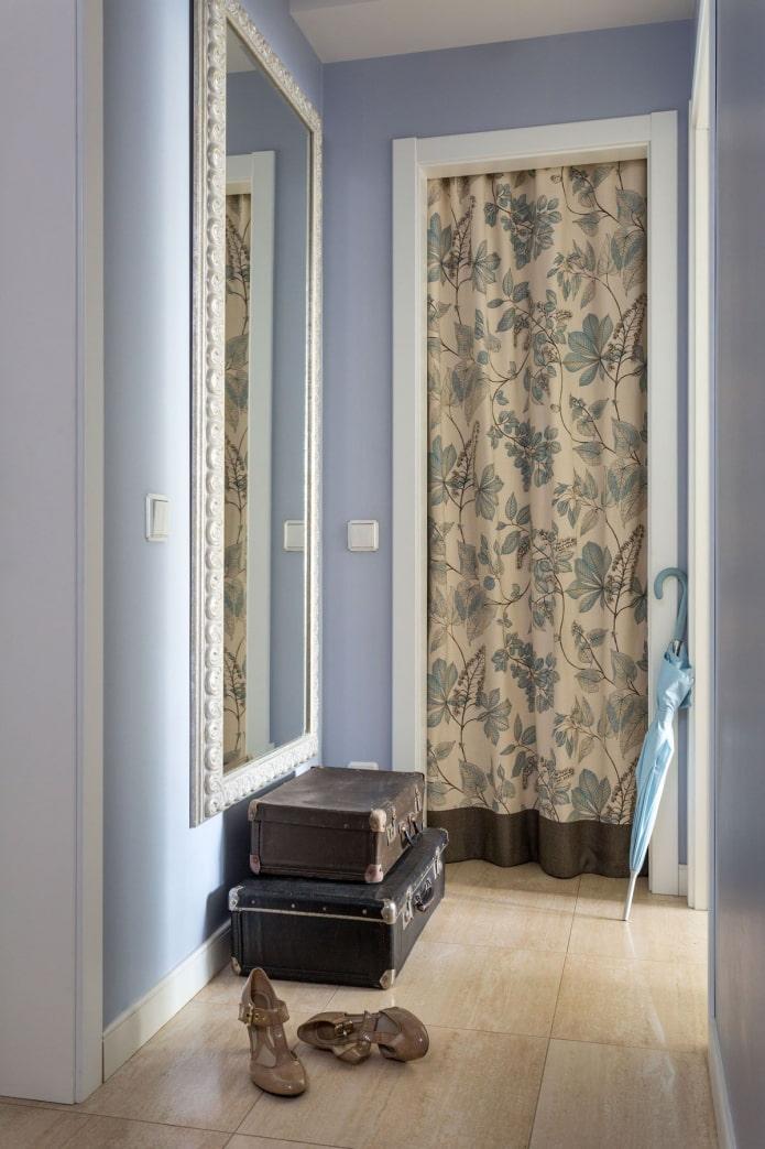 шторы на двери в интерьере кладовки