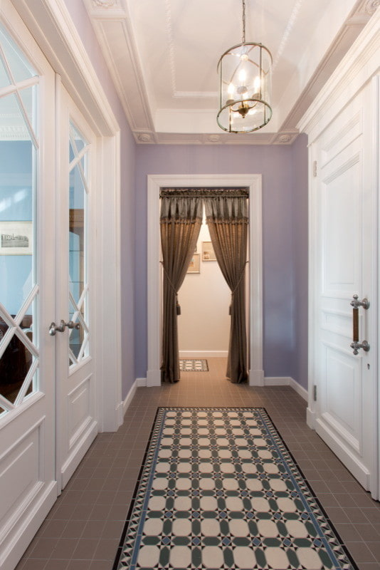 шторы на двери в интерьере коридора