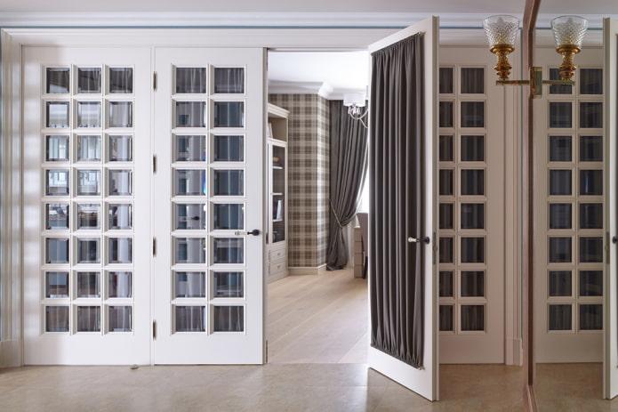 шторы на стеклянной двери в интерьере