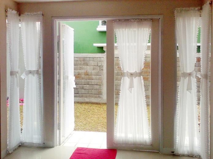 шторы песочные часы на двери в интерьере
