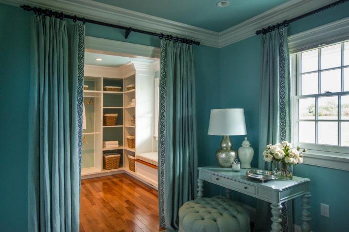 шторы с карнизом на двери в интерьере