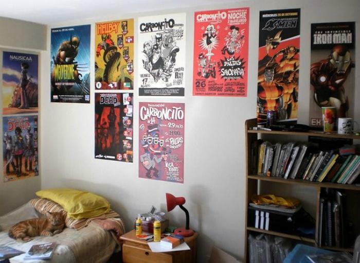 Большое количество плакатов на стенах.   Фото: yandex.kz.