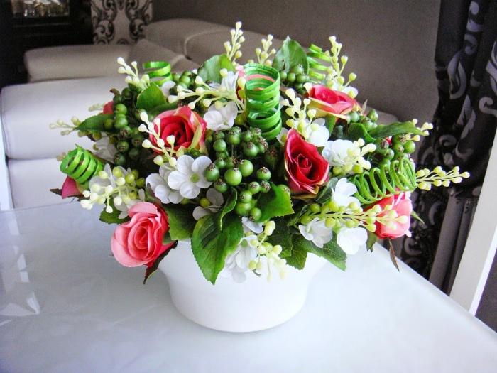 Искусственные цветы в интерьере.   Фото: HappyModern.RU.