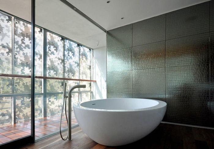 Металлическая отделка — новое и экстравагантное оформление ванной. /Фото: archidea.com.ua
