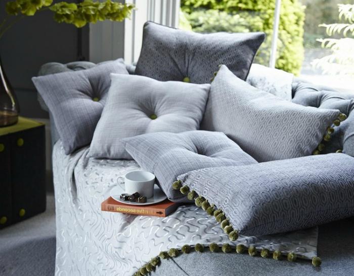 Однотонные диванные подушки.   Фото: demidov-art.ru.