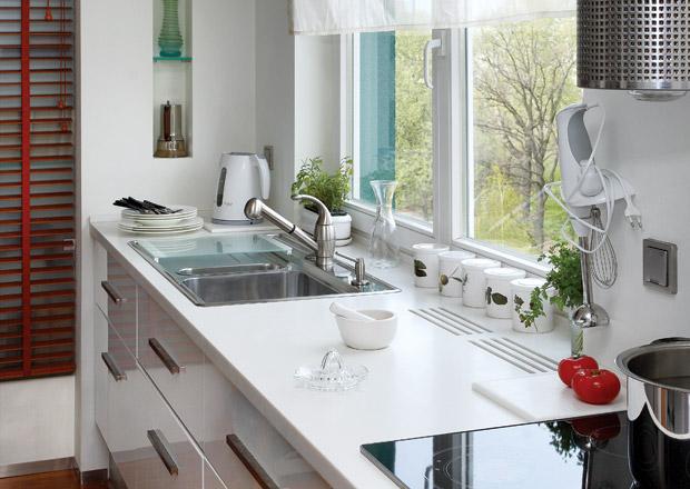 Использование подоконника в небольшой кухне