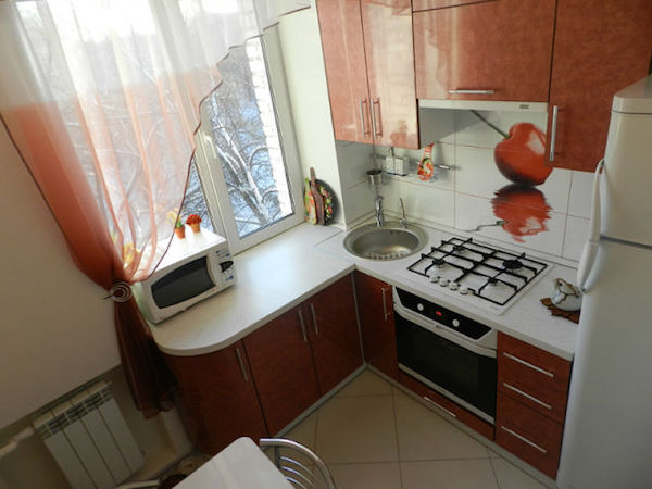 Кухня хрущевка с маленьким обеденным столиком