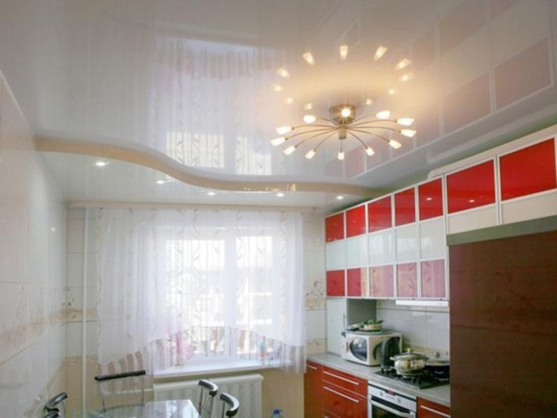Натяжной потолок в кухне хрущевки
