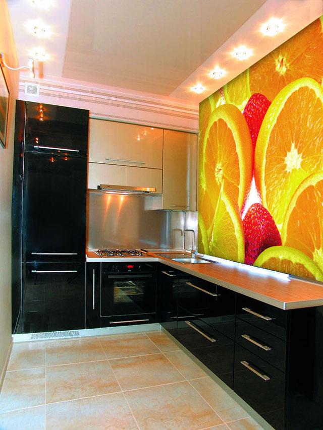 Яркое оформление стены в кухне