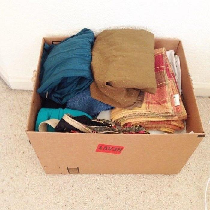 Для сортировки вещей можно использовать картонные кробки. / Фото: Zen.yandex.ru
