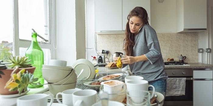Пока кипит чайник, можно помыть посуду. / Фото: Sunhome.ru