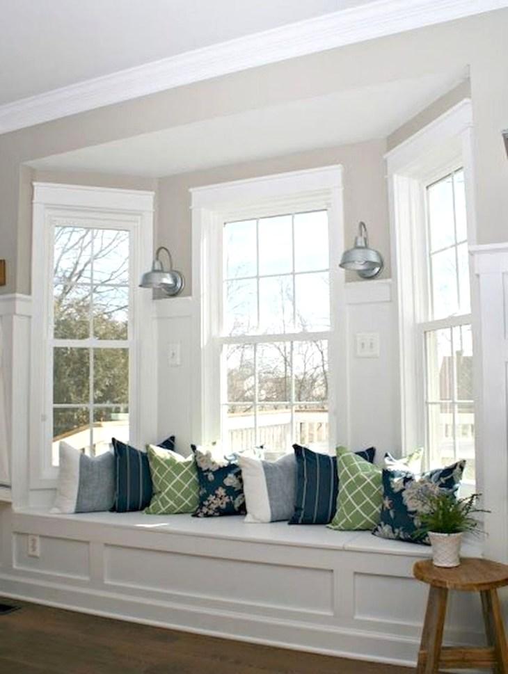 скамья у окна
