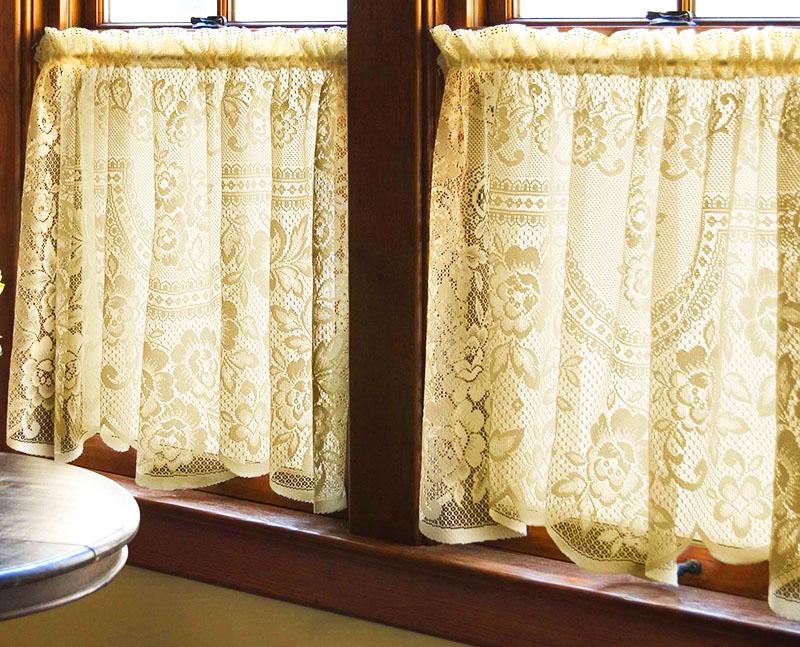 До сих пор в окнах некоторых домов можно увидеть кружевные занавески – в некоторых семьях текстиль передаётся из поколения в поколение