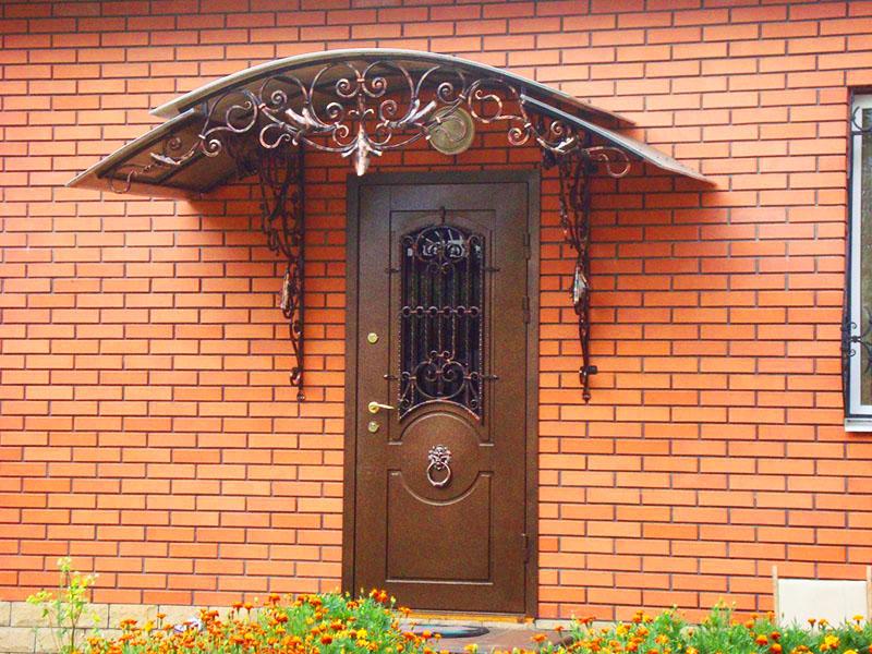Наверняка вы даже не можете себе представить, чтобы поставить вместо надёжной и прочной металлической двери обычную деревянную. К счастью, сегодня производители делают очень красивые модели дверей, которые не портят вид дома, а наоборот, могут даже стать его главным украшением