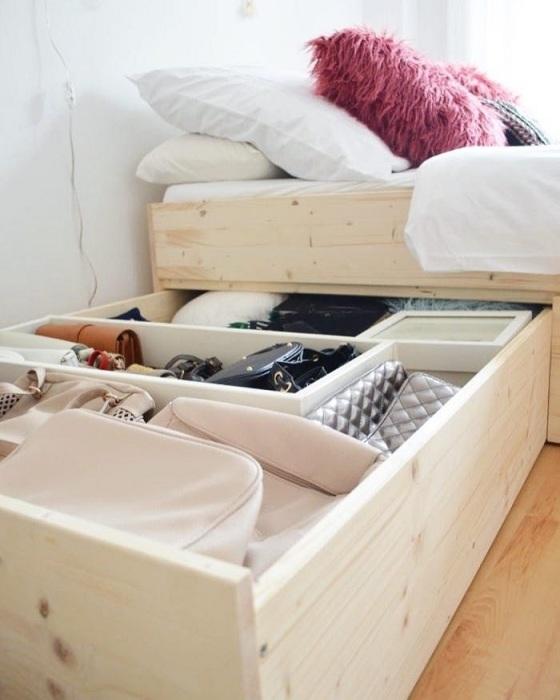 Не нужно заполнять отсеки под кроватью до отказа. / Фото: Ru.softwaresolus.com