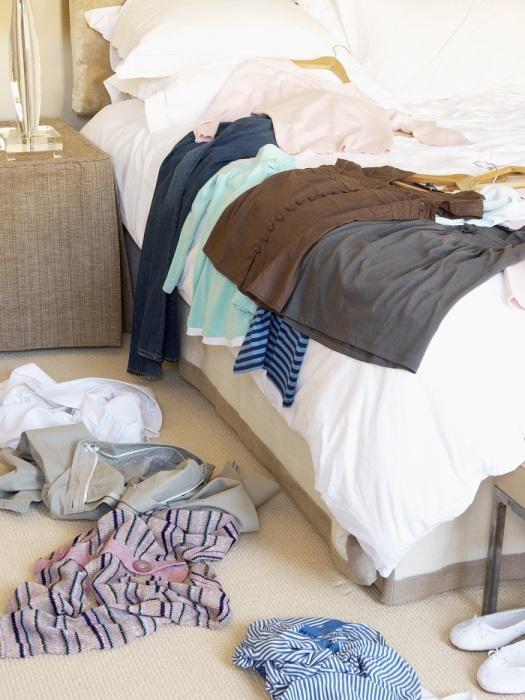 Нельзя просто положить одежду под кровать, предварительно не упаковав ее. / Фото: metromode.se