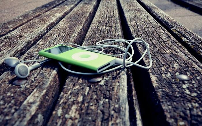 Ненужный плеер и наушники лучше сразу выбросить, а не хранить под кроватью. / Фото: Wallbox.ru