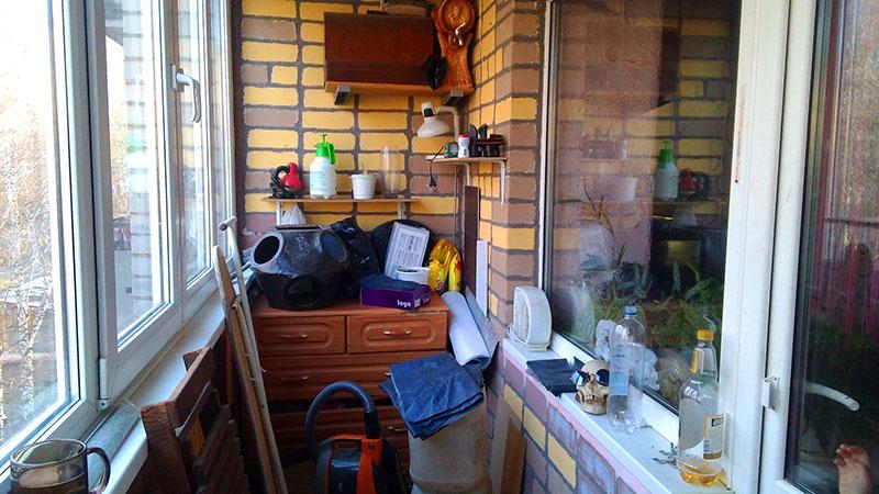В Европе и на Западе не принято хранить вещи на балконе даже в том случае, если квартира очень маленькая. Весь лишний хлам отвозят на дачу, прячут в гаражах или выбрасывают
