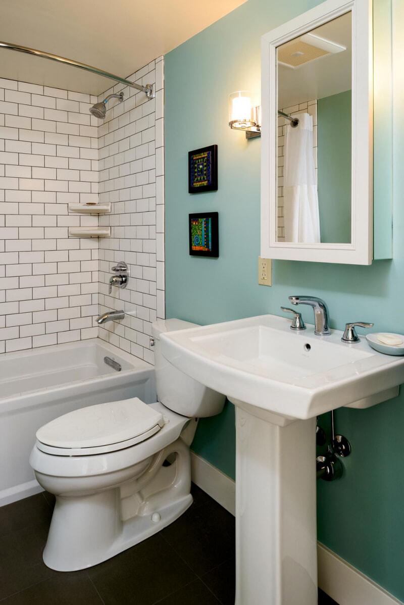 https://prolife.ru.com/wp-content/uploads/2019/10/small-bathroom-ideas-pedestal-sinks.jpg