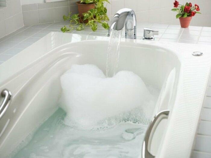 В процессе эксплуатации на стенках ванны образуется налет / Фото: krovati-i-divany.ru