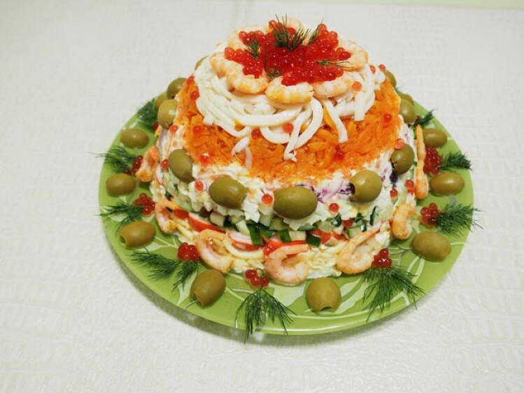 https://konfitur.fun/wp-content/uploads/2019/10/salat-carskiy-novogodniy-na-stole.jpeg