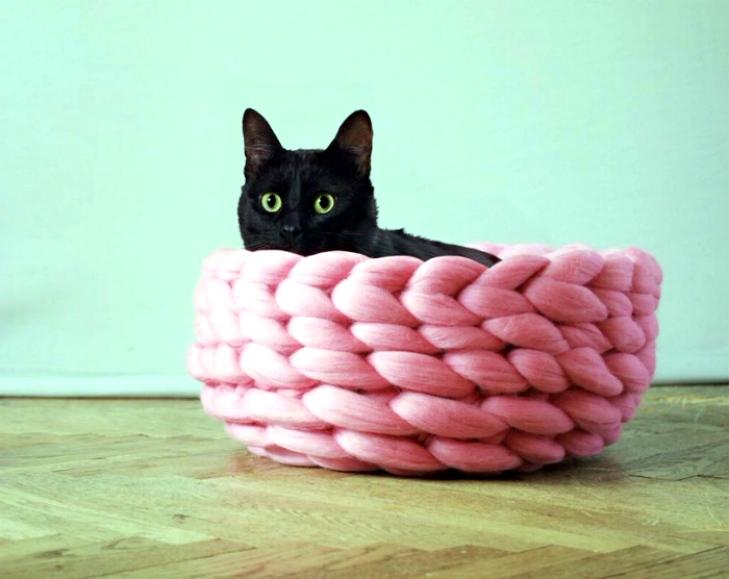 Плетеная лежанка для кота