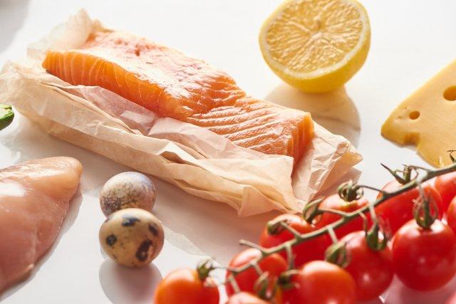 рыба, яйца и помидоры