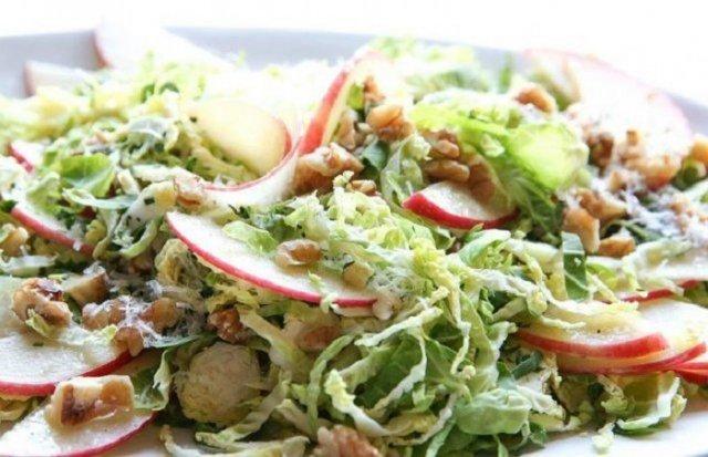 Салат из брюссельской капусты с грецкими орехами и яблоком